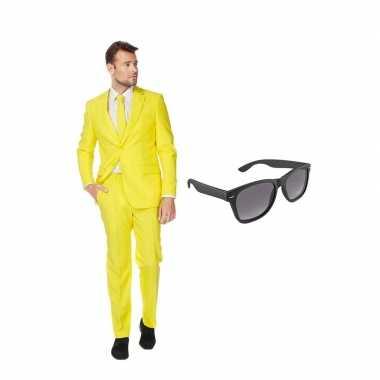 Geel heren kostuum maat 56 (xxxl) gratis zonnebril
