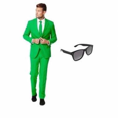 Groen heren kostuum maat 50 (l) gratis zonnebril